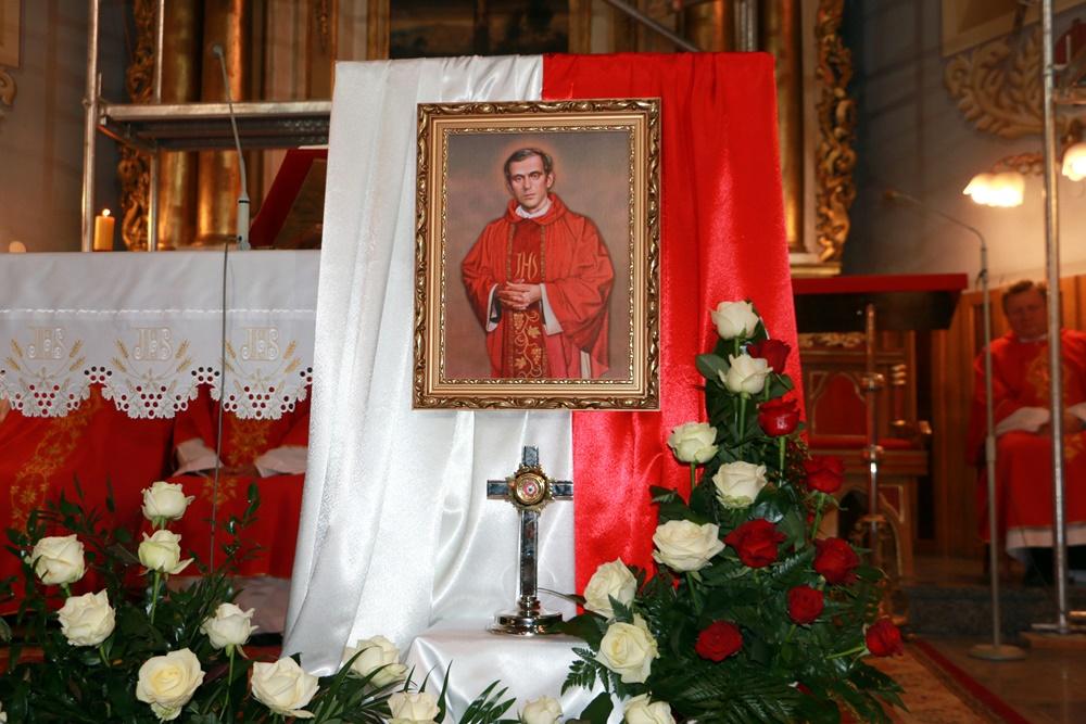 """Uroczystość wprowadzenia relikwii Patrona """"Solidarności"""" do kościoła parafialnego w Rakszawie"""