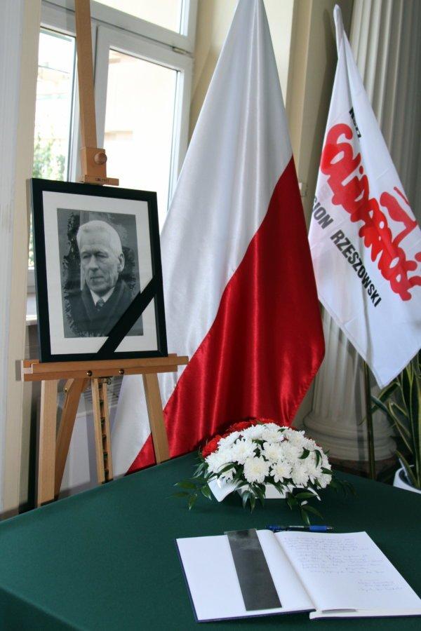 Wpisz się do księgi kondolencyjnej dedykowanej śp. Kornelowi Morawieckiemu